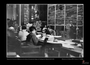 Tareas de la Sección de Bibliotecas de la Junta de Incautación. Equipo de catalogación. Madrid, 1937, julio, 22. Ministerio de Cultura, IPCE. Fototeca nºAJ-0025