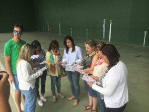 Técnicos del área de Cultura, presentando la Agenda Cultural.