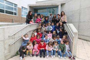 Grupo de alumn@s, madres y tutoras de la Escuela Infantil Guijuelo